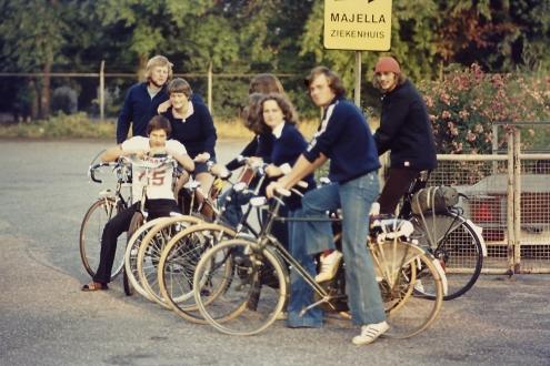 1976: Op de fiets naar tennisclub Rapiditas (Nijmegen) om daar een week te kamperen en een toernooi te spelen.
